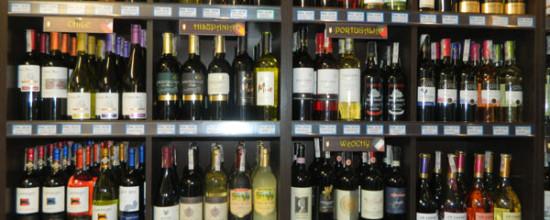 Półka z winami