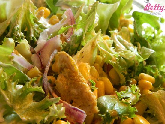 Kawałki kurczaka w sosie curry z imbirem - sałatka