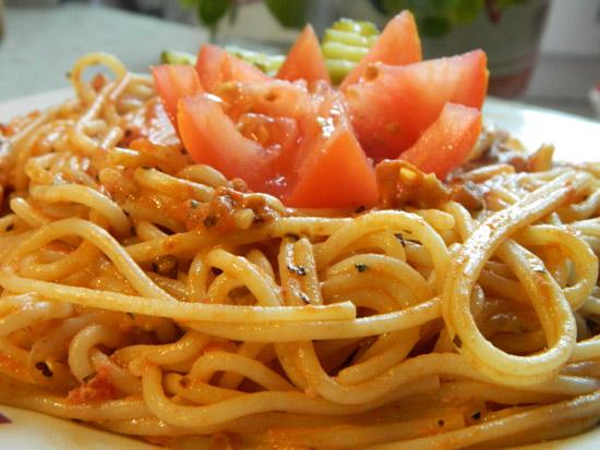 Makaron z sosem pomidorowo - serowym
